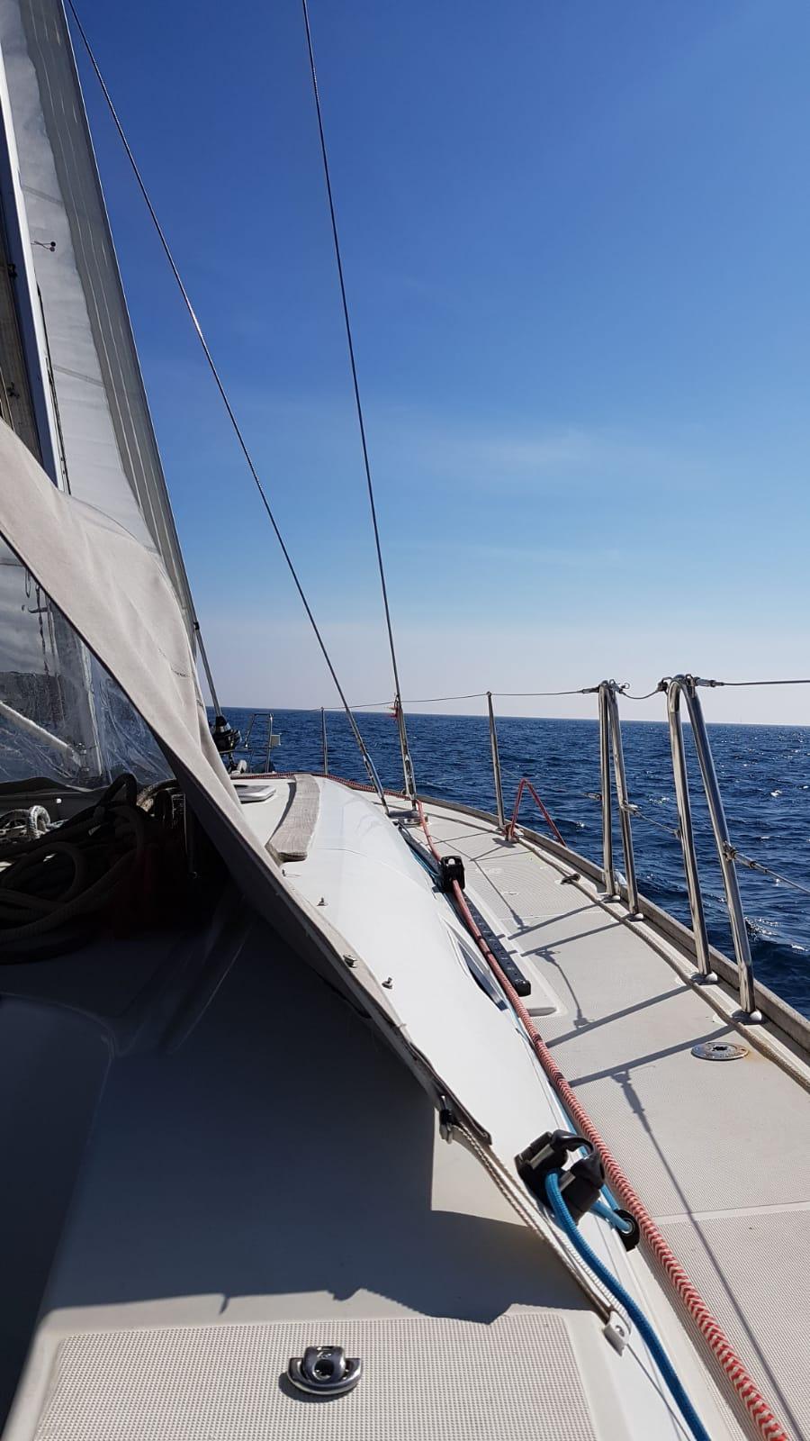 horizonte con el velero de alquiler en barcelona