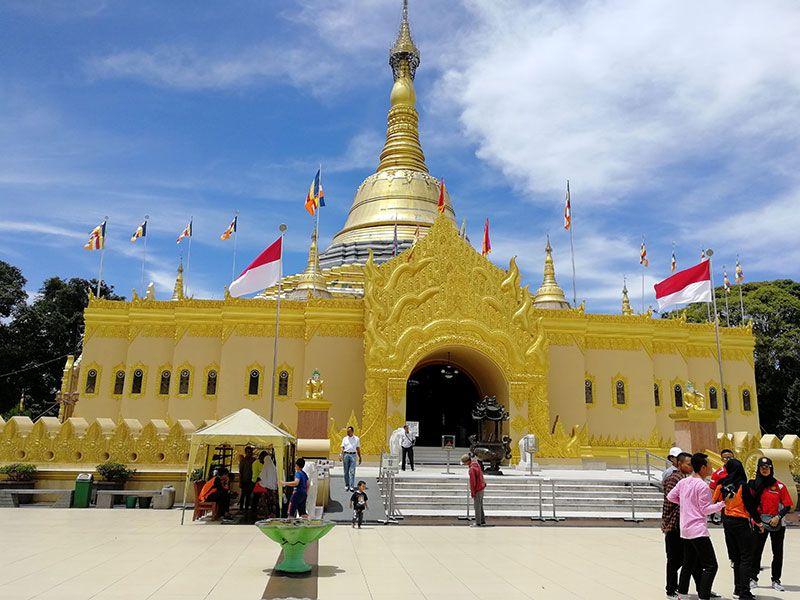 templo budista de camino al lago toba