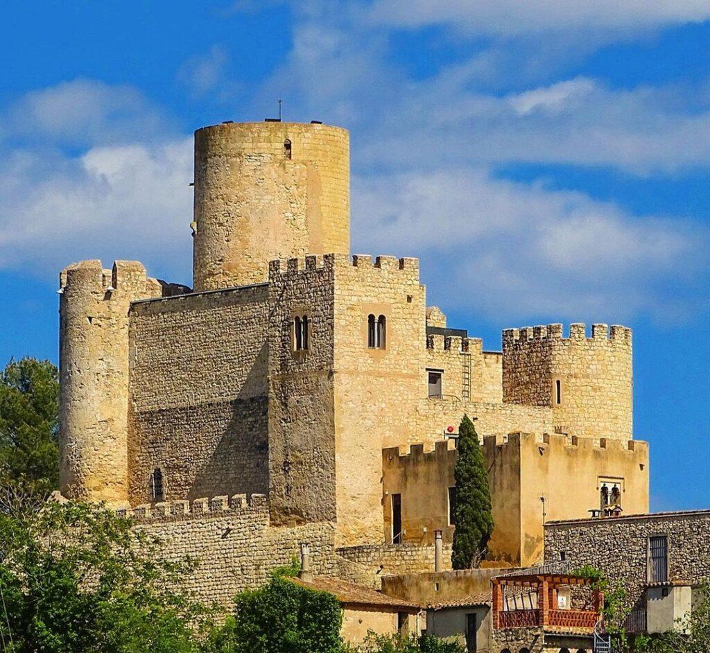 castillo de castellet en el pantano de foix