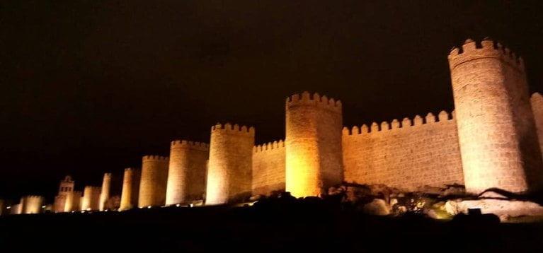 muralla avila de noche
